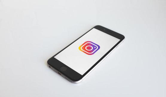 в Instagram добавили стикер с тестами и планируют протестировать возможность скрывать лайки